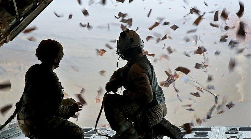 Ulotki rozrzucane z pokładu samolotu