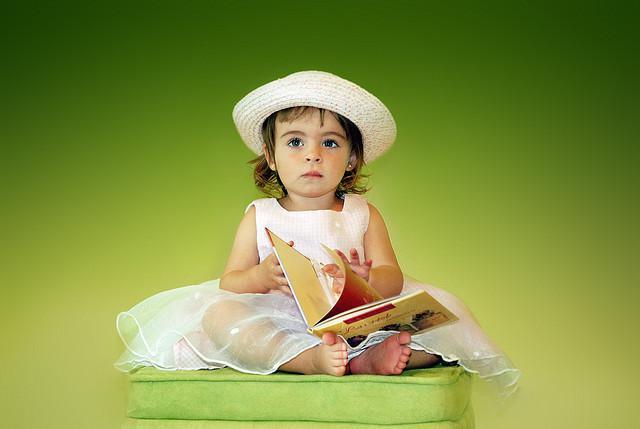 Dziecko z książką do nauki angielskiego